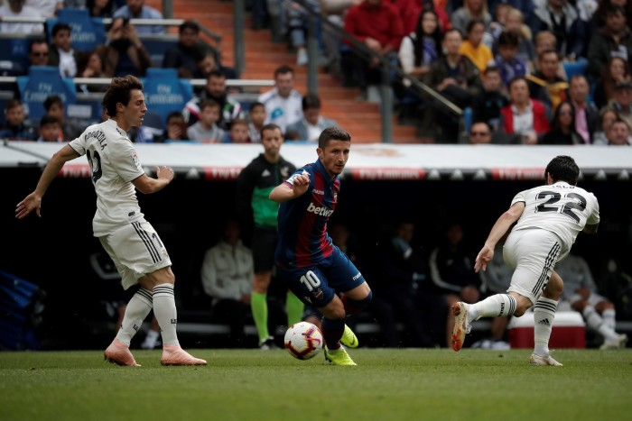 MADRID, SPAIN - OCTOBER 20: Alvaro Odriozola (L) and Isco (R) of Real Madrid in action against Enis Bardhi (C) of Levante during the La Liga match between Real Madrid and Levante at the Santiago Bernabeu Stadium in Madrid, Spain on October 20, 2018. Burak Akbulut / Anadolu Agency/ABACAPRESS.COM FOT.ABACA/NEWSPIX.PL POLAND ONLY!!! --- Newspix.pl *** Local Caption *** www.newspix.pl mail us: info@newspix.pl call us: 0048 022 23 22 222 --- Polish Picture Agency by Ringier Axel Springer Poland