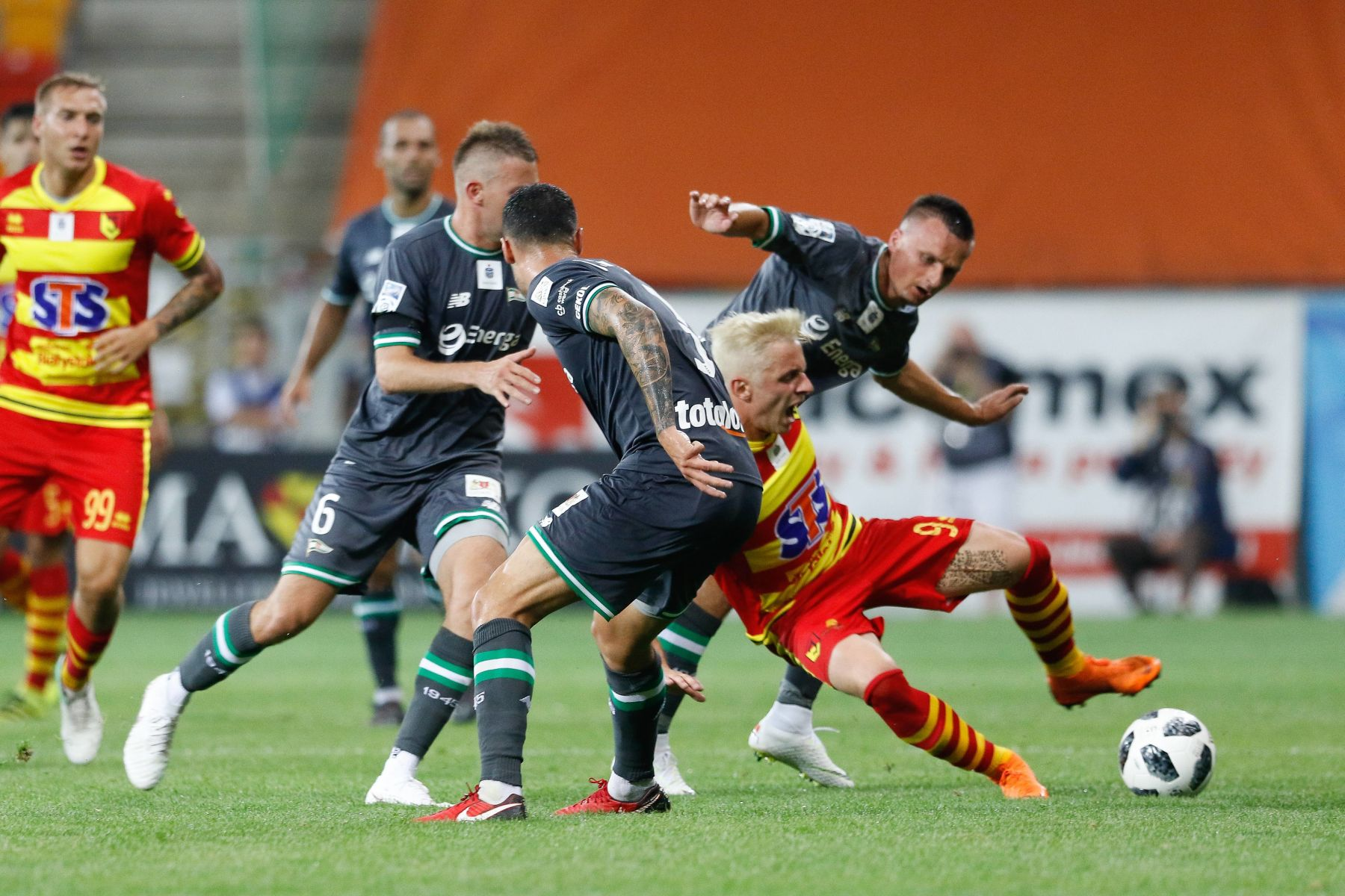 20.07.2018 Bialystok Pilka nozna Lotto Ekstraklasa 2018/2019 Jagiellonia Bialystok - Lechia Gdansk N/z Arvydas Novikovas, Slawomir Peszko, faul Foto Adam Starszynski / PressFocus 20.07.2018 Bialystok Football Lotto Ekstraklasa 2018/2019, polish top division Jagiellonia Bialystok - Lechia Gdansk Arvydas Novikovas, Slawomir Peszko, faul Credit Adam Starszynski / PressFocus / NEWSPIX.PL --- Newspix.pl *** Local Caption *** www.newspix.pl mail us: info@newspix.pl call us: 0048 022 23 22 222 --- Polish Picture Agency by Ringier Axel Springer Poland