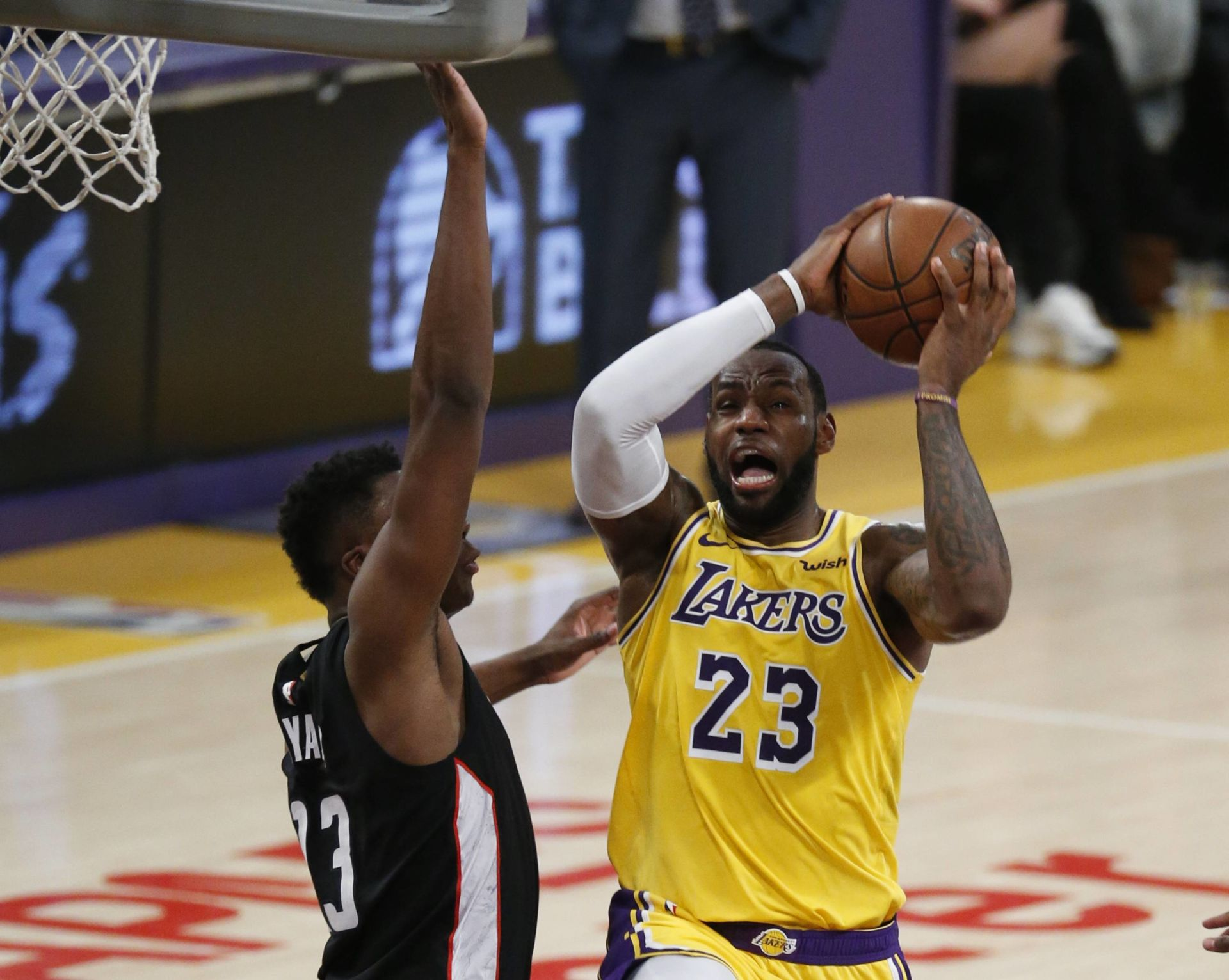 March 26, 2019 - Los Angeles, California, U.S - Los Angeles Lakers  LeBron James (23) goes to basket while defended by Washington Wizards' Thomas Bryant (13) in an NBA basketball game between Los Angeles Lakers and Washington Wizards, Tuesday, March 26, 2019, in Los Angeles. (Credit Image: © Ringo Chiu/ZUMA Wire)  NBA KOSZYKOWKA MEZCZYZN FOT. ZUMA/NEWSPIX.PL POLAND ONLY! --- Newspix.pl *** Local Caption *** www.newspix.pl  mail us: info@newspix.pl call us: 0048 022 23 22 222 --- Polish Picture Agency by Ringier Axel Springer Poland