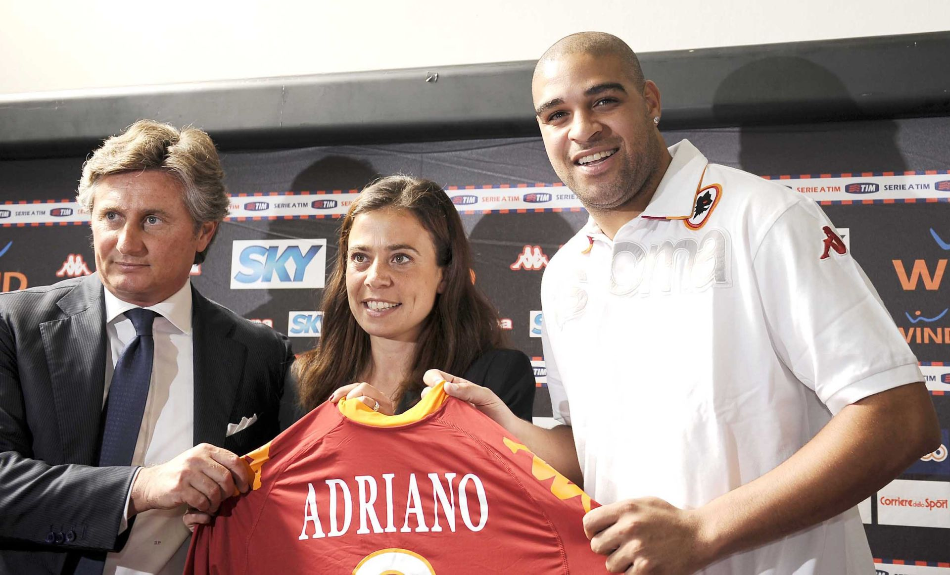 Roma - 09/06/2010 - Stadio Flaminio - Presentazione del nuovo acquisto della As Roma Leite Ribeiro ADRIANO - nella foto: Leite Ribeiro ADRIANO con Rosella SENSI e Daniele PRADE' ph. Corradetti / LIVERANI/NEWSPIX.PL PREZENTACJA NOWY ZAWODNIK AS ROMA ADRIANO POLAND ONLY !!! --- Newspix.pl *** Local Caption *** www.newspix.pl mail us: info@newspix.pl call us: 0048 022 23 22 222 --- Polish Picture Agency by Axel Springer Poland
