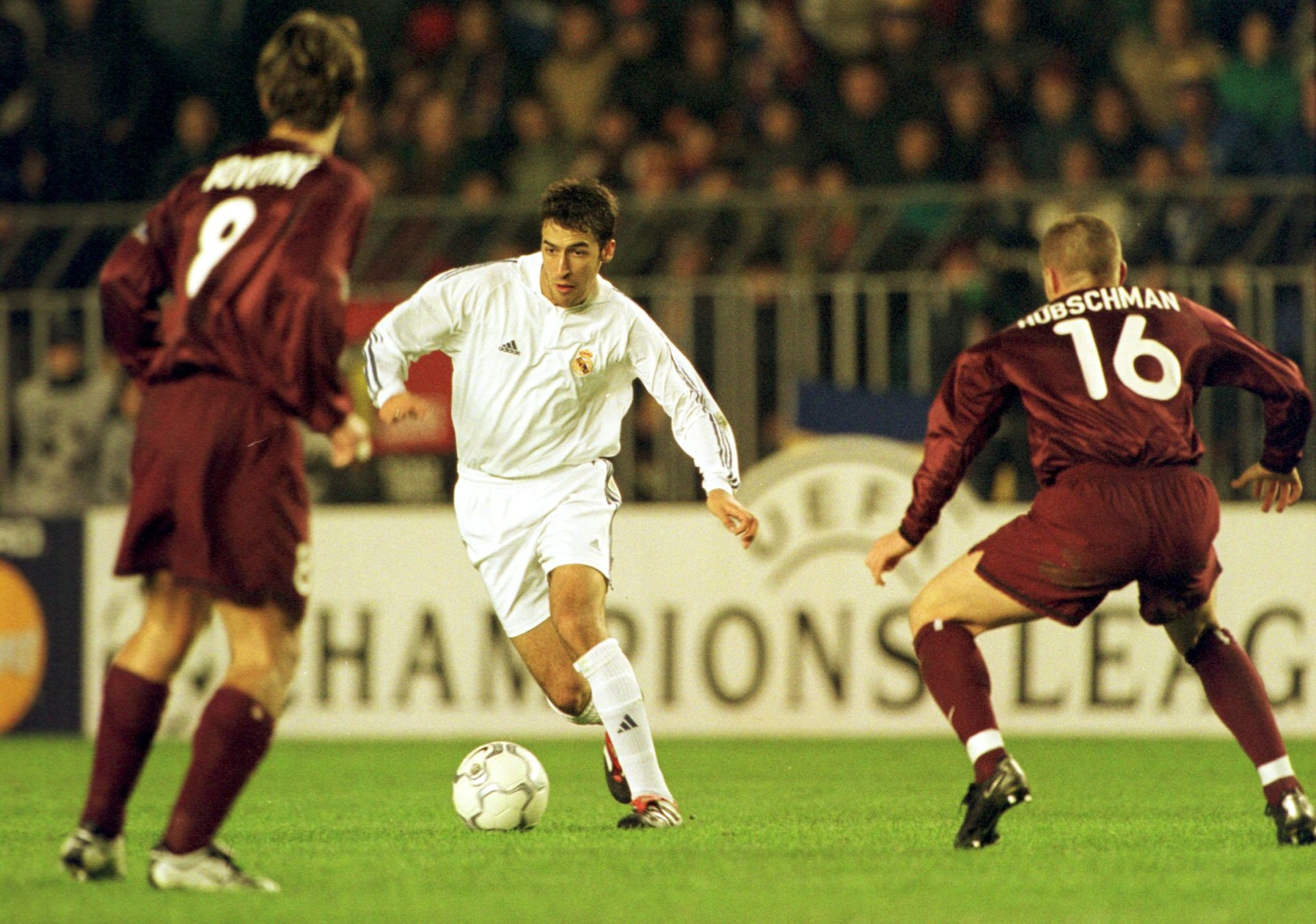 SPARTA PRAGA - REAL MADRYT 2:3 PILKA NOZNA, LIGA MISTRZOW PRAGA, 21/11/2001 FOT.: PRZEGLAD SPORTOWY/NEWSPIX.PL N/Z.: JIRI NOVOTNY (SPARTA), RAUL GONZALEZ (REAL MADRYT), THOMAS HUBSCHMANN (SPARTA) --- Newspix.pl *** Local Caption *** www.newspix.pl mail us: info@newspix.pl call us: 0048 022 23 22 222 --- Polish Picture Agency by Axel Springer Poland