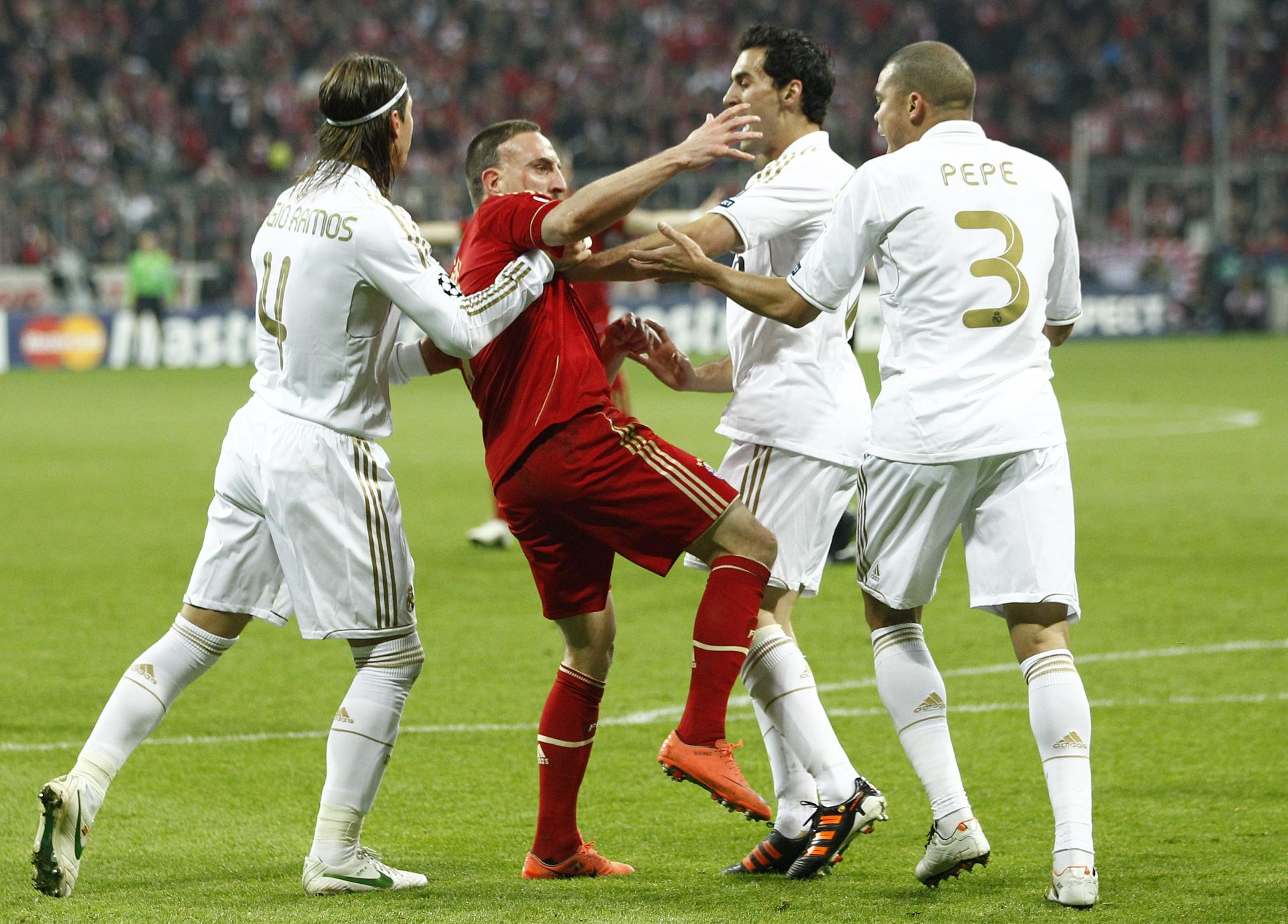 FUSSBALL: Champions League, Halbfinale, Hinspiel, FC Bayern Muenchen - Real Madrid, Muenchen, 17.04.2012 Disput: Frank Ribery (Bayern, 2.v.l.) - Sergio Ramos (l.) und Pepe (beide Real, r.) © pixathlon PILKA NOZNA LIGA MISTRZOW MECZ BAYERN MONACHIUM REAL MADRYT FOT: PIXATHLON/NEWSPIX.PL POLAND ONLY!!! --- Newspix.pl *** Local Caption *** www.newspix.pl mail us: info@newspix.pl call us: 0048 022 23 22 222 --- Polish Picture Agency by Ringier Axel Springer Poland